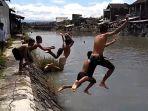 anak-anak-renang-di-kali-pepe-solo-meski-air-hampir-peres-jembatan_20170215_135445.jpg