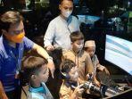 anak-anak-yatim-depok-ceria-jajal-fasiltas-digital-motorsport-usai-bukber-di-lpduk.jpg
