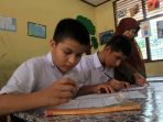 anak-pengungsi-wna-di-pekanbaru-ikuti-ujian-di-sdn_20191022_165329.jpg