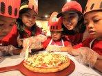 anak-yatim-belajar-membuat-pizza_20151124_183334.jpg