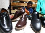 andri-pengusaha-sepatu-cibaduyut-hilang-omzet-80-persen_20200414_130038.jpg