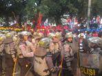 anggota-brimob-polri-yang-mengamankan-aksi-demo-buruh-di-jalan-medan-merdeka_20170501_162124.jpg