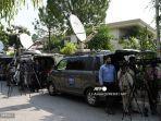 anggota-media-meliput-di-dekat-kediaman-ilmuwan-nuklir-pakistan-abdul-qadeer-khan.jpg