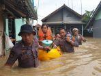 anggota-polisi-di-subang-bahu-membahu-menolong-korban-banjir-yang-melanda.jpg