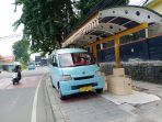 angkot-nekat-parkir-diatas-trotoar-halte-nunggu-penumpang_20200514_144230.jpg