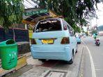 angkot-nekat-parkir-diatas-trotoar-halte-nunggu-penumpang_20200514_144407.jpg