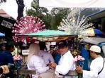 anies-baswedan-naik-delman-di-pasar-manggis_20161115_151127.jpg