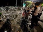antisipasi-pengumuman-hasil-pemilu-2019-polisi-tutup-akses-menuju-gedung-kpu_20190520_230219.jpg