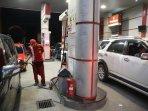 antrean-kendaraan-di-spbu-makassar-jelang-kenaikan-harga-bbm_20150328_090815.jpg