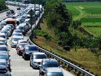 antrean-mobil-sepanjang-sekitar-15-kilometer-menjelang-pintu-keluar-tol-bandar.jpg