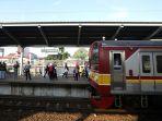antrean-penumpang-krl-masih-terjadi-di-stasiun-bekasi_20200506_201501.jpg