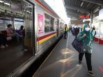 antrean-penumpang-krl-masih-terjadi-di-stasiun-bekasi_20200506_202021.jpg