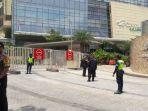 aparat-keamanan-menjaga-ketat-hotel-raffles-di-kawasan-mega-kuningan_20170303_130408.jpg