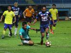 arema-fc-vs-persegres-gu-di-laga-liga-1-indonesia_20171026_160455.jpg
