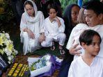 ariel-noah-melayat-pemakaman-suami-bcl-ashraf-sinclair.jpg