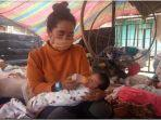 Ibu Meninggal 1 Jam seusai Melahirkan, Bayi Korban Kebakaran Diasuh Ayah & Bibi di Tenda Pengungsian