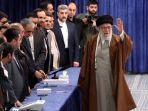 ayatollah-ali-khamenei-memberikan-suara-pada-pemilihan-parleman_20200222_012503.jpg