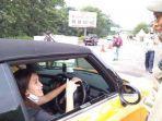 Kendarai Mini Cooper Berpelat Ganjil di Bogor, Ayu Ting Ting Diminta Petugas Putar Balik
