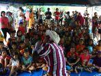 badut-berikan-trauma-healing-anak-korban-banjir_20200105_212311.jpg