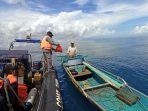 bakamla-ri-bagi-bagi-bansos-di-tengah-laut-manado_20210824_201436.jpg