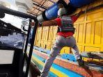 Aksi Personel Bakamla Lompat ke Kapal Ikan Vietnam yang Curi Ikan di Perbatasan Indonesia-Malaysia
