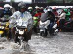 banjir-cileuncang-di-perempatan-jalan-terusan-pasirkoja_20201029_225043.jpg