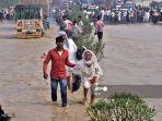 banjir-di-dekat-rampur-di-negara-bagian-uttar-pradesh-india-pada-20-oktober-2021.jpg