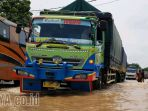banjir-di-jalan-raya-pantura-pasuruan-probolinggo_20180222_211744.jpg