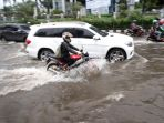 banjir-di-jalan-s-parman-grogol_20170221_154230.jpg