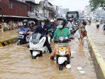 banjir-genangi-kawasan-jatinegara-barat_20190426_191736.jpg
