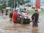 banjir-jakarta-pakai-gerobak_20150210_080850.jpg