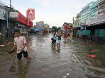 banjir-melumpuhkan-akses-jalan-kartini_20200102_210927.jpg
