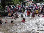 banjir-rendam-jalan-jatinegara-barat_20210208_210222.jpg