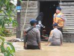Brimob Polda Kalsel Turun Tangan Bantu Evakuasi Korban dan Barang Terdampak Banjir