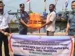 Kemenhub Serahkan Bantuan Pas Kecil dan Alat Keselamatan Kepada Para Nelayan di Lampung