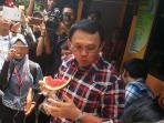 basuki-tjahaja-purnama-makan-buah_20161031_123055.jpg