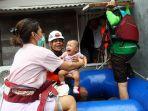 bayi-dievakuasi-setelah-rumahnya-terendam-banjir-bandang_20200101_192405.jpg