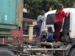beberapa-wanita-naik-di-truk-trailer.jpg