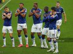 bek-everton-kolombia-yerry-mina-tengah-merayakan-bersama-rekan-satu-tim-setelah-mencetak-gol.jpg