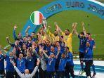 bek-italia-giorgio-chiellini-tengah-mengangkat-trofi-kejuaraan-eropa-selama-presentasi.jpg