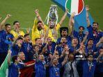 bek-italia-giorgio-chiellini-tengah-mengangkat-trofi-kejuaraan-eropa.jpg