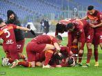 bek-italia-roma-gianluca-mancini-kanan-bawah-merayakan-bersama-rekan-satu-timnya.jpg