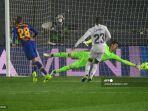 bek-spanyol-barcelona-oscar-mingueza-kiri-mencetak-gol-ke-gawang-courtois.jpg