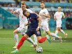 bek-swiss-nico-elvedi-kiri-berebut-bola-dengan-kylian-mbappe-di-babak-16-besar-uefa-euro-2020.jpg