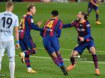 bek-uruguay-barcelona-ronald-araujo-2r-merayakan-golnya-bersama-frenkie-de-jong-griezmann.jpg