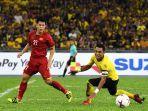 bek-vietnam-tran-dinh-trong-kiri-berebut-bola-dengan-pemain-malaysia-mohd-zaquan-adha-kanan.jpg
