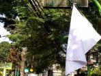 bendera-putih-protes.jpg