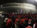 bentrok-demo-buruh-di-depan-istana-merdeka_20151030_224838.jpg