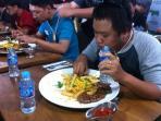 berani-coba-tantangan-makan-steak-wagyu_20151224_234032.jpg