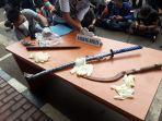 berbagai-macam-senjata-barang-bukti-penyerangan-anggota-polisi-oleh-pengikutjpg.jpg